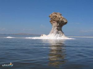 بحيرة أرومية هي أكبر بحيرة للمياه المالحة في إيران ، وتقع بين مقاطعة أذربيجان الشرقية ومقاطعة أذربيجان الغربية. يتم توفير موارد مياه البحيرة من 21 نهرًا دائمًا و 7 أنهار موسمية و 39 مجرى مائيًا والينابيع الداخلية للبحيرة والثلوج والمطر المباشر. تشكلت هذه البحيرة من بيئتين مائيتين وجافة (حديقة وطنية) مع جزر متنوعة تعد واحدة من أهم الموائل الطبيعية والنباتات والحيوانات في إيران.