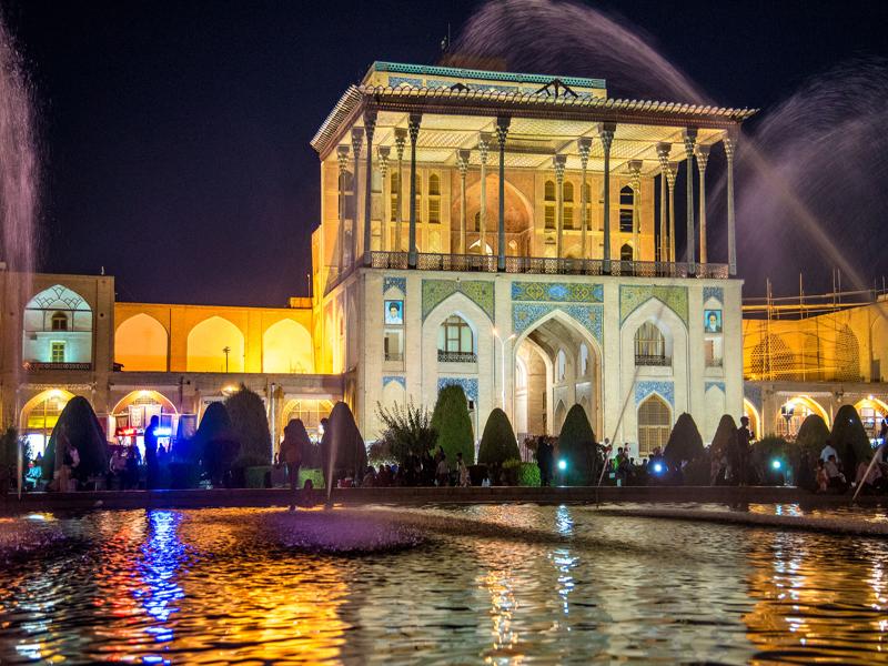 قصر عالي قابو في ميدان نقش جهان