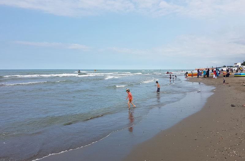 شاطئ نمك آبرود في شمال إيران