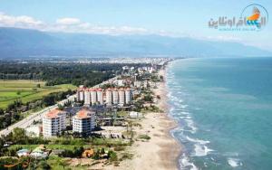 نور مدينة جميلة على شواطئ بحر قزوين