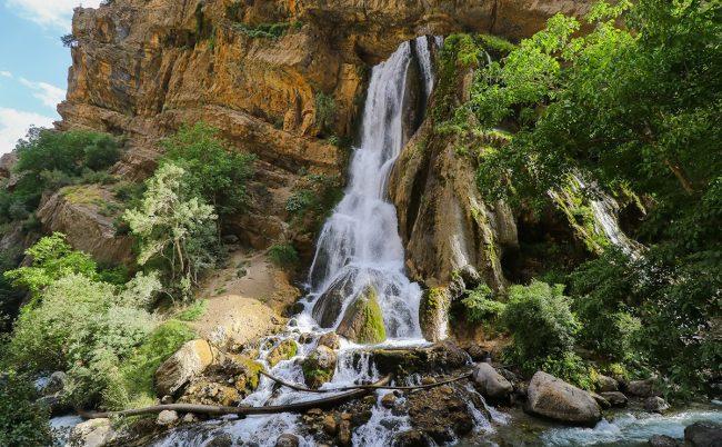 شلال أليجودرز الأبيض في محافظة لورستان الإيرانية