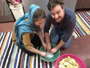 زوجان هولنديان يحاولان طهي خثارة الباذنجان