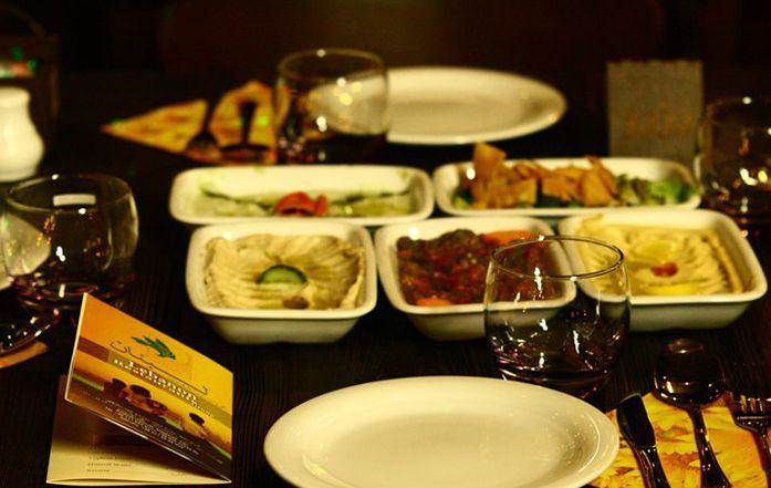طعام عربي في مشهد